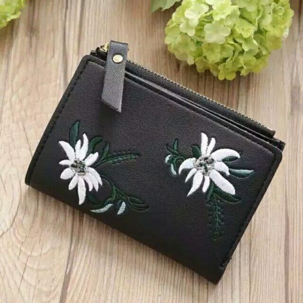 dompet ukuran kecil berwarna hitam disertai bordir bunga warna putih