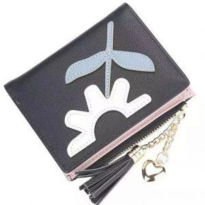 Dompet Warna hitam dengan Bunga matahari berwarna putih disertai daun