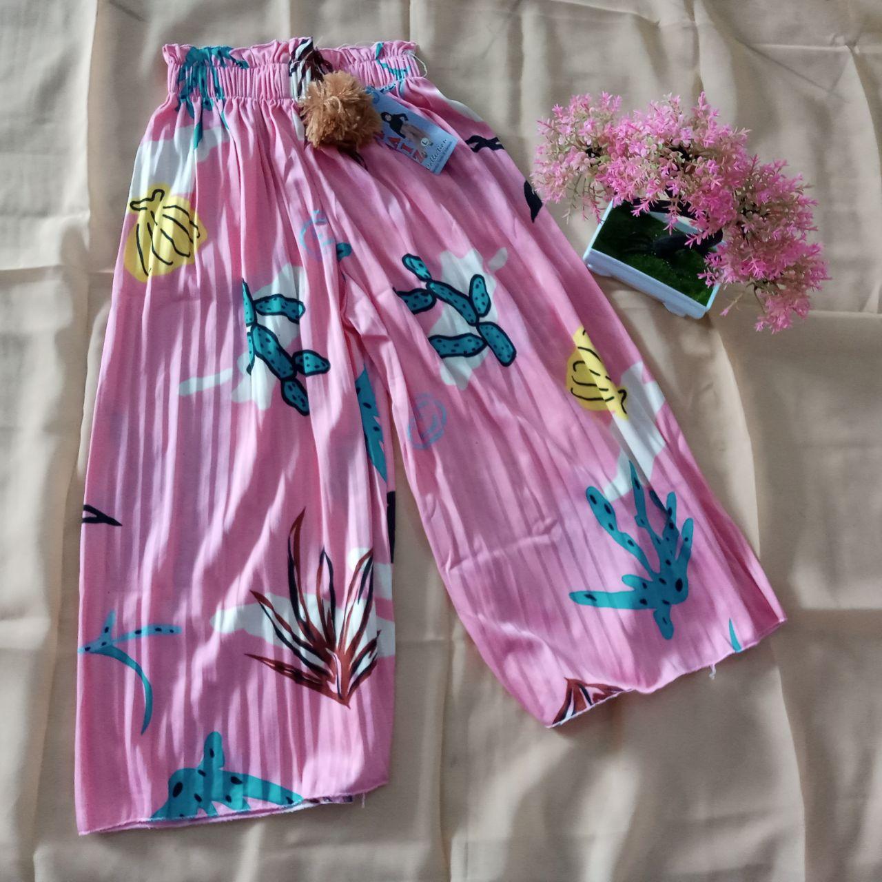 ini adalah Kulot Plisket Anak Motif Dusty Pink, size: Long 64 cm, material: Jersey, color: Pink, brand: BajuAnakindonesia, age_group: kids, gender: unisex