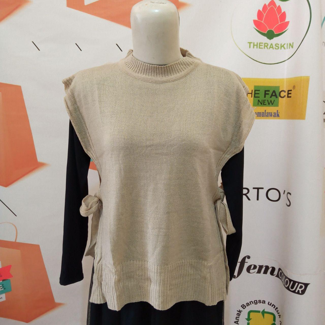 ini adalah Rajut Vest Andin Cream, size: L, material: knit, color: Cream, brand: vestknittindonesia, age_group: all ages, gender: female