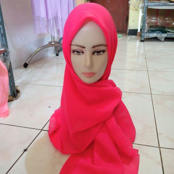 ini adalah Bella Square Fuchia, size: 115 cm x 115 cm, material: Double Hycont , color: pink fuchia, brand: Kerudungsegiempatindonesia, age_group: all ages, gender: female